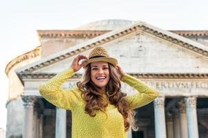 felice giovane donna di fronte al pantheon, italia foto