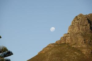 sorgere della luna sopra llandudno, città del capo.