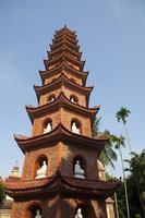 torre principale alla pagoda di tran quoc nella capitale di Hanoi foto
