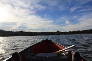 canoa in un lago foto