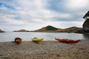 kayak nella spiaggia del tonno a begur, costa brava, spagna foto