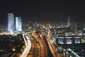 Tel Aviv Skyline - città notturno foto