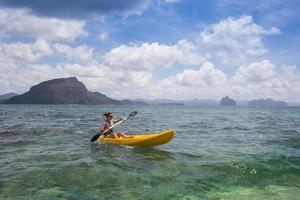 ritratto di una ragazza in kayak foto
