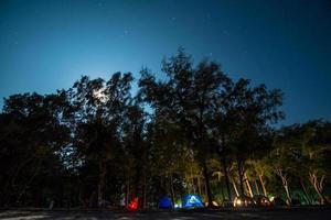 campeggio di notte, spiaggia sampraya nel parco nazionale di samroiyod, thailandia foto