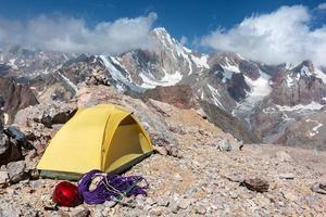 campo di alpinisti in montagna foto