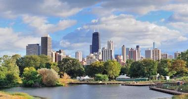 vista a distanza dello skyline di Chicago foto