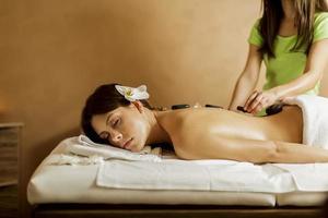 terapia di massaggio con pietre calde foto