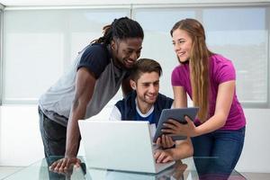 gruppo creativo che esamina compressa digitale foto