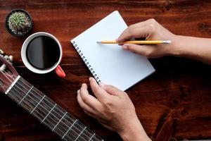 matita a mano per il concetto di ispirazione creativa. foto