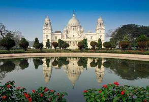 il memoriale di Victoria si riflette sull'acqua di Calcutta, in India foto