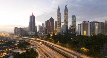 panorama di paesaggio urbano di Kuala Lumpur all'alba