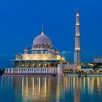 vista notturna di una moschea. foto