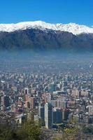 paesaggio urbano di santiago, con le montagne sullo sfondo foto