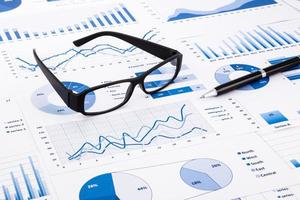 diagrammi, grafici, documenti e scartoffie blu di affari foto