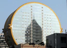edificio per uffici a forma di moneta foto