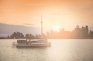 vecchia nave con i giovani sul resto al tramonto. foto