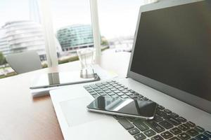 documenti aziendali sul tavolo da ufficio con smart phone e digitale foto