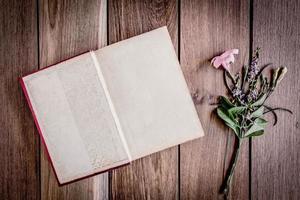 libro aperto sullo sfondo di legno. foto