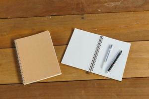 penna, matita e blocco note. stile piatto laico foto