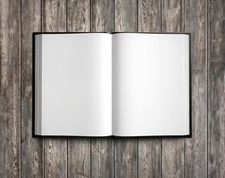 libro di testo bianco aperto su legno naturale. Rendering 3D foto