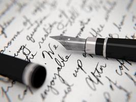 lettera scritta a mano e penna stilografica foto