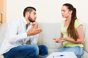 coppia turbata che discute dei problemi foto
