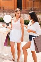 discutendo della loro giornata di shopping. foto