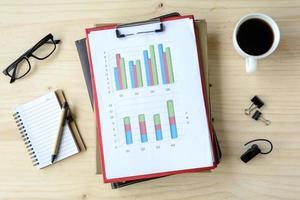analisi finanziaria del grafico di affari dell'ufficio dello scrittorio con il computer portatile foto