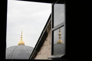 tetto della moschea visto attraverso la finestra foto