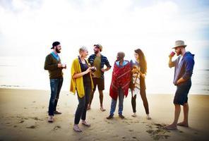 concetto di conversazione di rilassamento di mattina della spiaggia di amicizia foto
