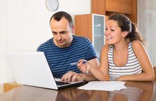 agente assicurativo che aiuta il cliente a scegliere il prodotto foto