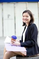 file di detenzione esecutivo asiatico femminile giovane foto