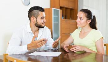 coppia che discute i termini del contratto a casa foto
