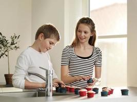 bambini che decorano insieme i cupcakes