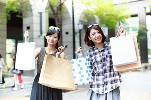 due giovani donne che acquistano insieme foto