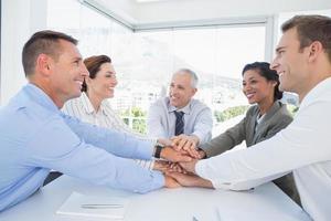 squadra di affari che si siede insieme e che celebra foto