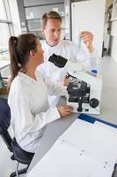 giovani scienziati che collaborano con la provetta