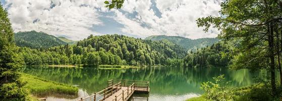 bellissimo lago e molo foto