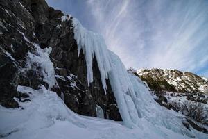 il ghiaccio cade nelle montagne rocciose di colorado foto