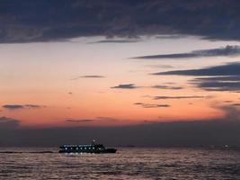 traghetto di Istanbul che naviga verso il mare del Bosforo, Istanbul, Turchia foto