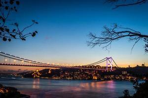 ponte sul Bosforo di notte Istanbul / Turchia foto