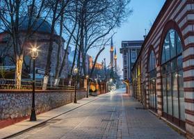 strada di notte che porta alla moschea foto