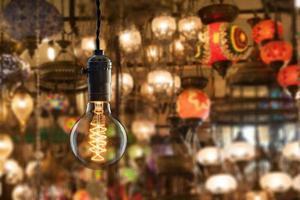 Lampadina a incandescenza vintage sul mercato delle attrezzature leggere a Istanbul