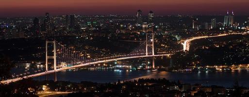 ponte sul Bosforo di notte foto
