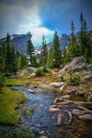 ruscello in montagne rocciose