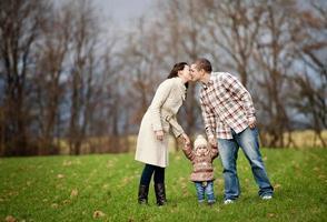 famiglia che si distende insieme nella natura di autunno foto