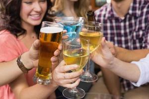 giovani amici a bere qualcosa insieme foto
