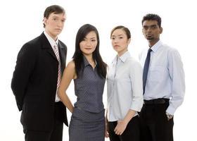 un team diversificato in piedi insieme