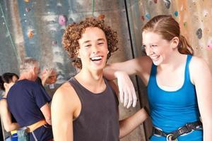 amici felici dello scalatore che ridono insieme