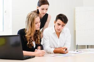 gruppo di giovani imprenditori che lavorano insieme in sala riunioni foto